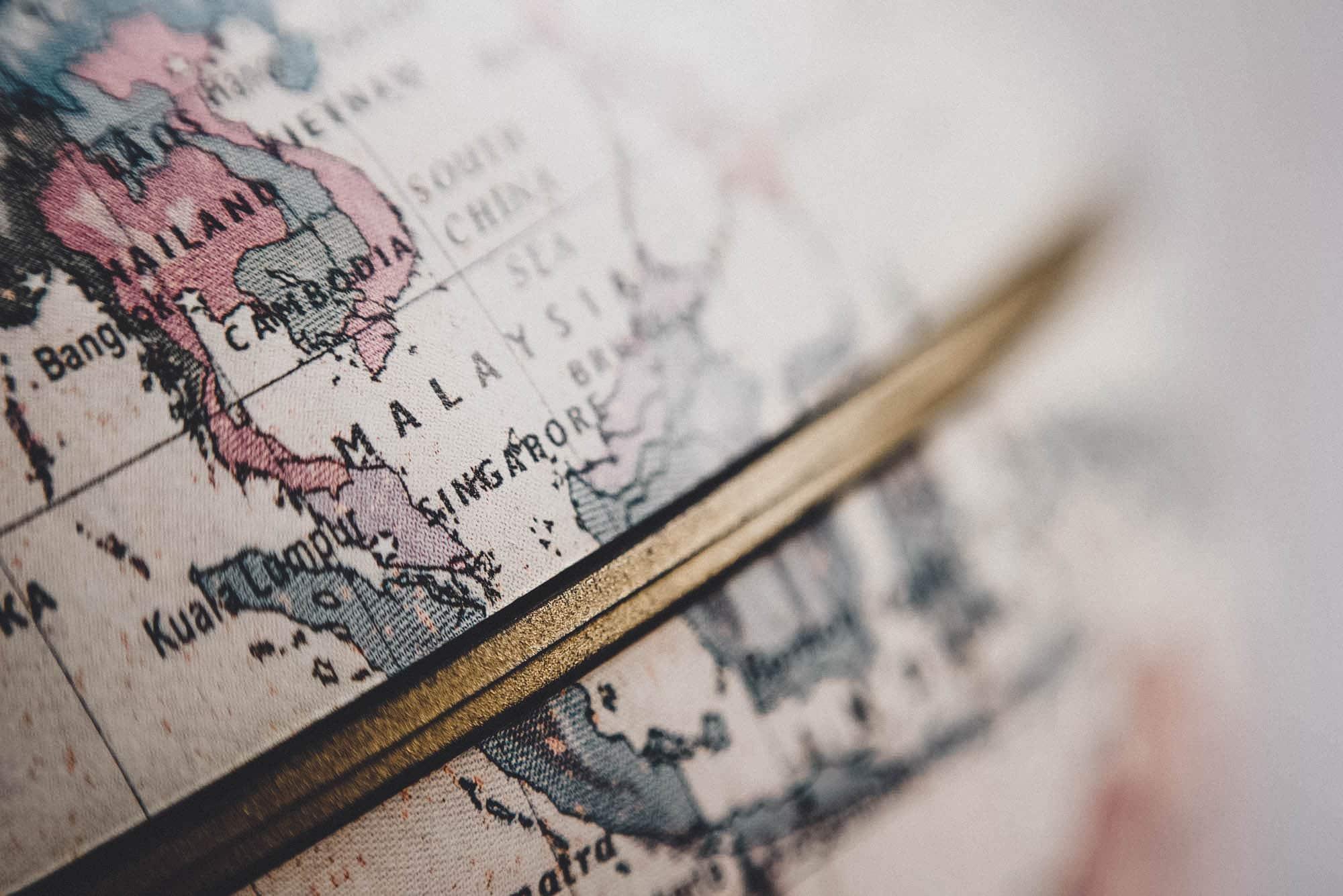 Detailaufnahme alter Globus: Warum Reisen immer politisch ist